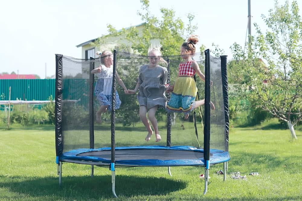 børn leger på trampolin med sikkerhedsnet